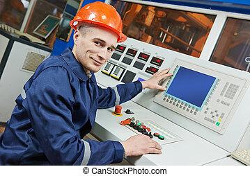 Ingeniero industrial en el panel de control
