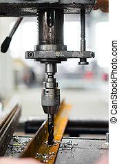 Ingeniero industrial usando una máquina mecánica
