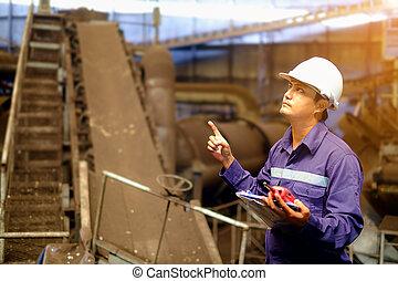 Ingeniero trabajando en la planta de proceso de producción