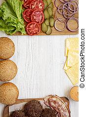 Ingredientes de hamburguesa de queso en un fondo blanco de madera, vista superior. Desde arriba, arriba, tumbado. Copia espacio.