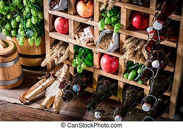 Ingredientes frescos de cerveza en la vieja caja de madera