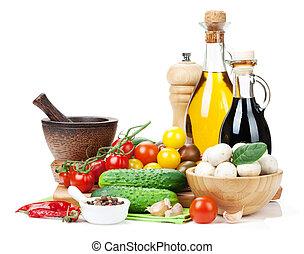 Ingredientes frescos para cocinar: tomate, pepino, hongos y sp