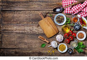 Ingredientes para cocinar y tabla de cortar vacía en una vieja mesa de madera
