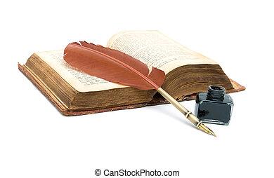 Inkwell, bolígrafo y un viejo libro abierto sobre fondo blanco