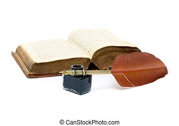 Inkwell, lápiz y libro abierto sobre antecedentes blancos