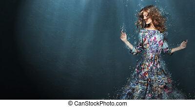 Inmersión. Mujer en mar azul profundo. Fantasía