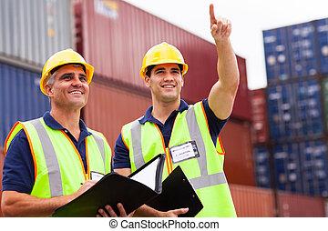 Inspectores haciendo una inspección en el patio de contenedores