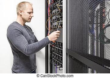 Instala el perchero de comunicaciones en el centro de datos