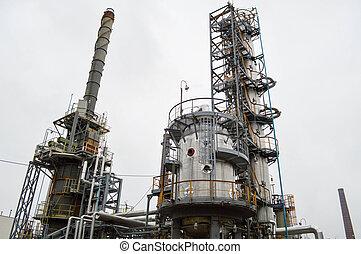 Instalación para refinamiento de petróleo primario. Refinería de petróleo y gas. Planta química.