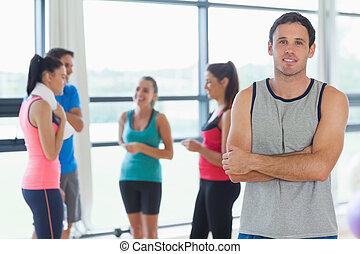 Instructor con clase de fitness de fondo en el estudio de fitness