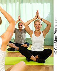 instructor, yoga, attenders, anciano