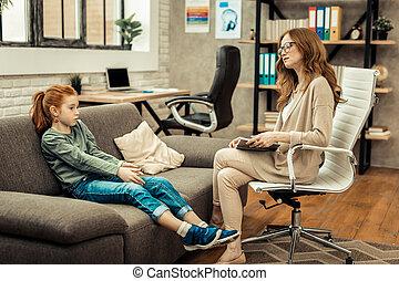 Inteligente psicóloga profesional hablando con su paciente