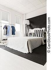 Interior con cama blanca