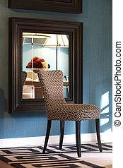 Interior con silla de diseño
