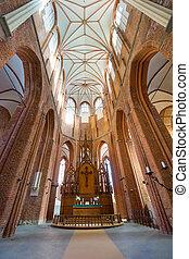 Interior de la iglesia de St. Peter en riga,