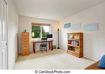 Interior de la oficina con escritorio simple y estantería