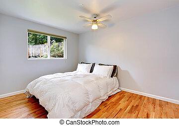 Interior del dormitorio con cómoda cama blanca
