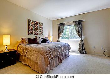 Interior del dormitorio con cama cómoda