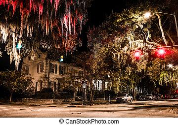 Intersección de Drayton y Gaston por la noche en Savannah,