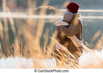 invierno, pareja, espalda, abrazar, joven, vista