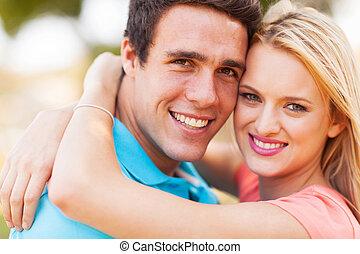 Jóvenes amantes abrazados