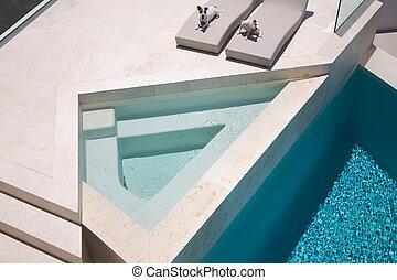 Jóvenes disfrutando de la piscina de lujo