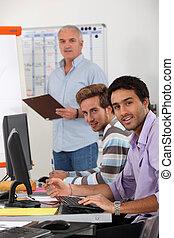 Jóvenes empresarios en un entrenamiento profesional