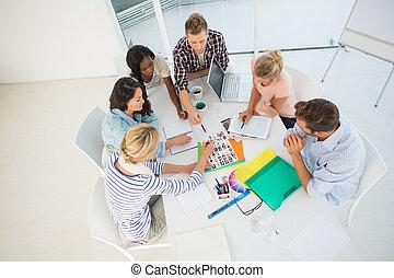 Jóvenes grupos de diseño juntos