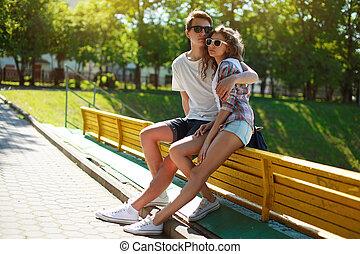 Jóvenes parejas con estilo enamorados, día soleado de verano