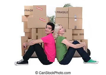 Jóvenes y cajas de cartón