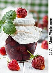 Jamón de fresa en un tarro