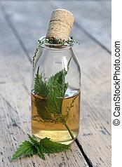 Jar con tintura de alcohol y hojas de ortiga