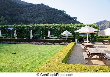 Jardín de paisajismo con mesas de comedor