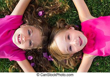 jardín, niñas, acostado, sonriente, pasto o césped, niños, amigo