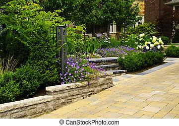 Jardinería y calle pavimentada