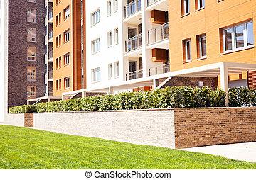 Jardiniera de los ladrillos con arbusto ornamental