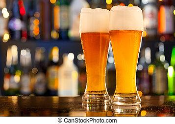 Jarras de cerveza servidas en la barra