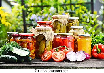 Jarras de verduras en vinagre en el jardín. Comida marinada