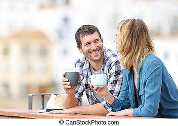 jarras, pareja, feliz, hablar, balcón, tenencia
