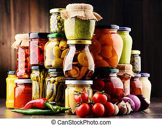 Jarres con variedad de verduras en vinagre.