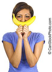Joven étnica con una sonrisa de banana