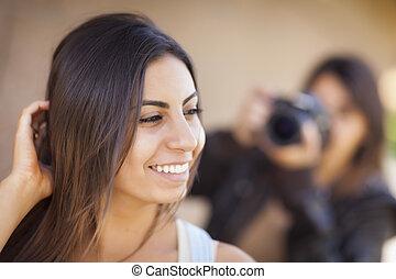 Joven adulta y mixta modelo femenino para fotógrafo
