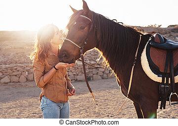 joven, -, animales, dentro, granjero, relación, rancho, juego, corral, teniendo, concepto, humano, diversión, cuadra, niña, feliz, caballos