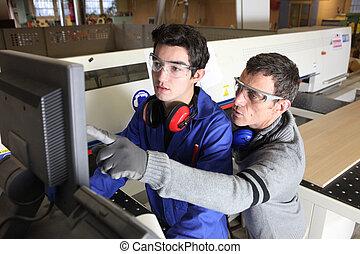 Joven aprendiz en el sector industrial con tutor