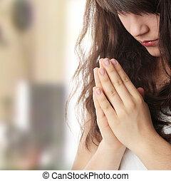 Joven caucásica rezando