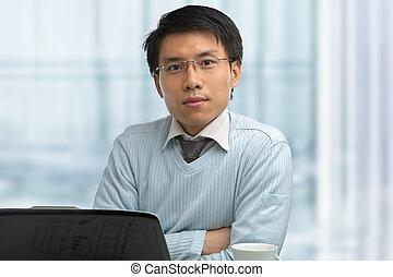 Joven chino trabajando en el cargo