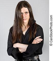 Joven con cabello largo