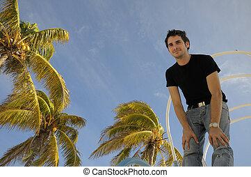 Joven contra cielo tropical