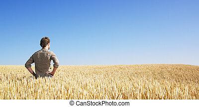 Joven en el campo de trigo