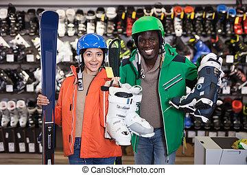 joven, equipo, emparéjese esquiando, feliz